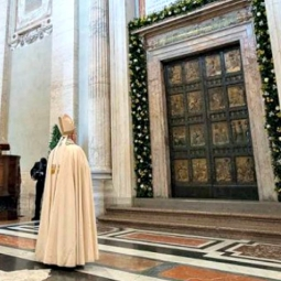 Pope_Francis_before_the_Holy_Door_of_St_Peters_Basilica_during_the_convocation_of_the_Jubilee_of_Mercy_April_11_2015_Credit_LOsservatore_Romano-255x255