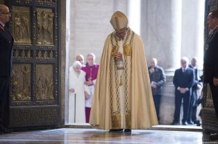 Pope_Francis_prays_after_opening_the_Holy_Door_in_St_Peters_Basilica_Dec_8_2015_launching_the_extraordinary_jubilee_of_mercy_Credit_LOsservatore_Romano_CNA
