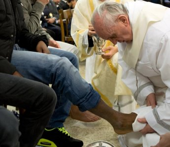 francis-washing-feet